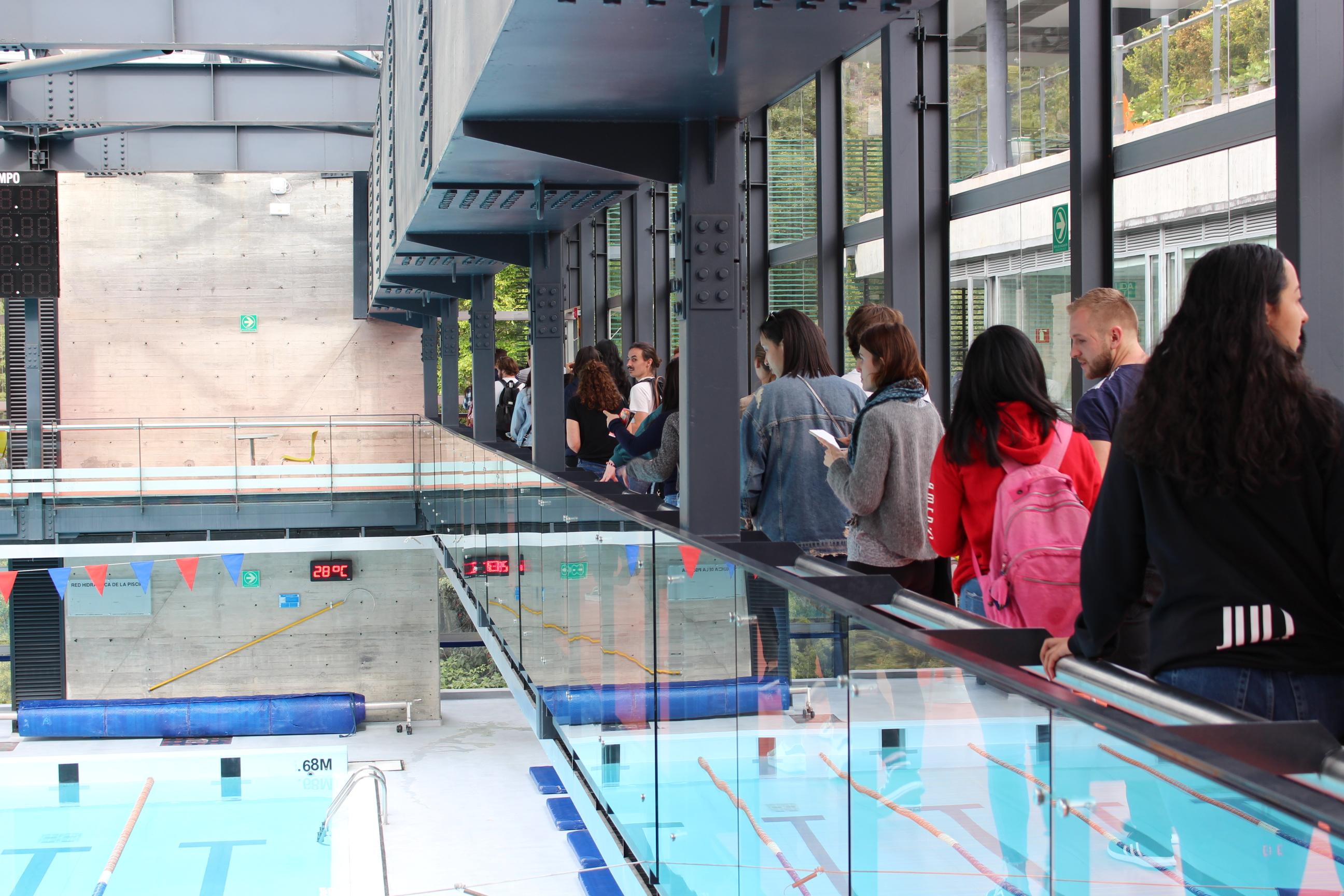 Estudiantes extranjeros de intercambio en la piscina del campus Uniandes