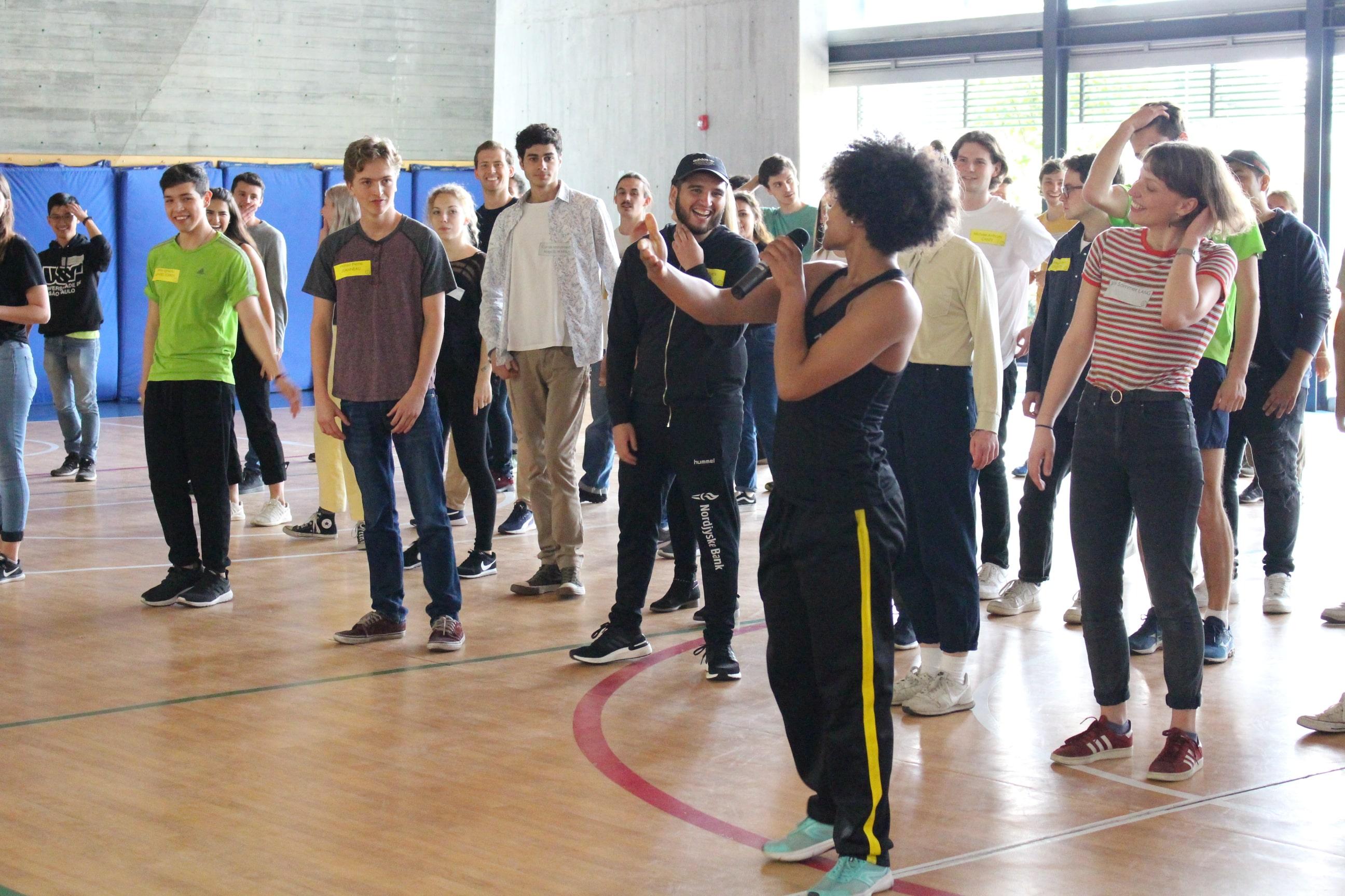 Clase de baile a estudiantes extranjeros de intercambio