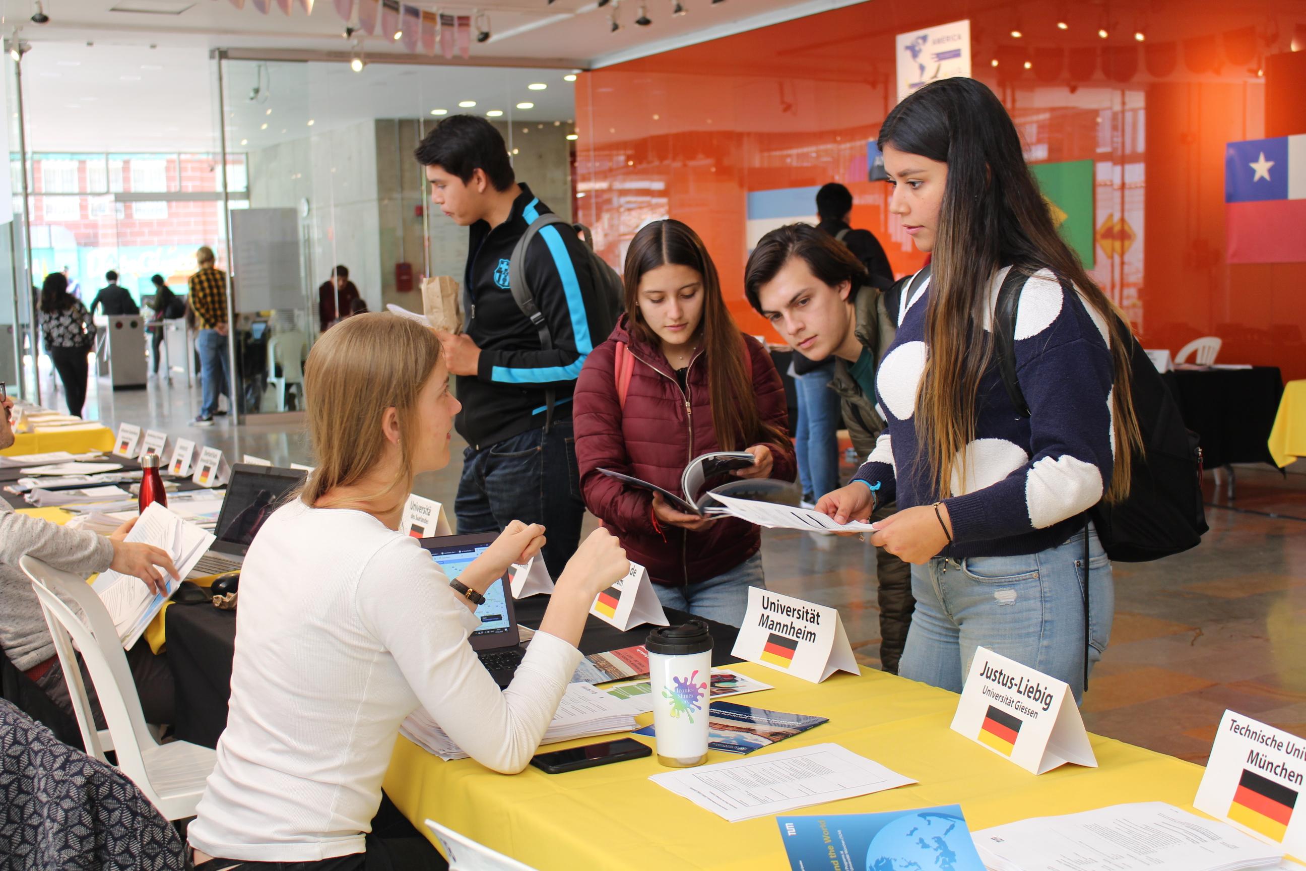 Estudiantes de uniandes en la feria de intercambios